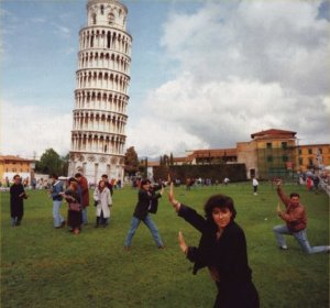 Leaning-Tower-of-Pisa-and-tourists