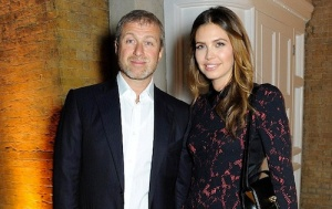 Dasha-Zhukova-Style-2013-Roman-Abramovich-Gallery-Pary-01-Роман-Абрамович-и-Даша-Жукова-в-платье-Louis-Vuitton-на-открытии-Serpentine-Sackler-Gallery-в-Лондоне