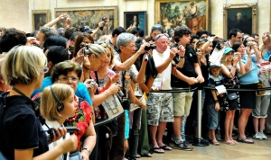 Visitors_and_Mona_Lisa