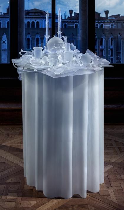 Hans Op de Beeck, Frozen Vanitas, 2015, sculptuur, glas, 82 x 82 x 117 cm